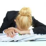 Burnout kann durch Doppelbelastung am Arbeitsplatz und in der Familie entstehen.