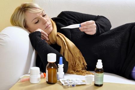 Fiebrige Frau auf Couch mit Influenza
