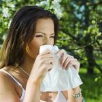 Eine Frau mit Sommergrippe und Schnupfen im Freien