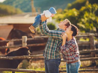 Mit dem Baby die Natur genießen - das schützt vor Allergien.