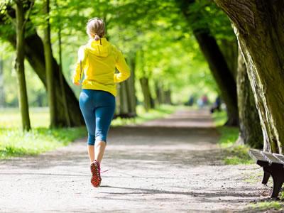 Durch das Laufen und Sprungen entstehen Verletzungen am Nagel, die einen Nagelpilz begünstigen.