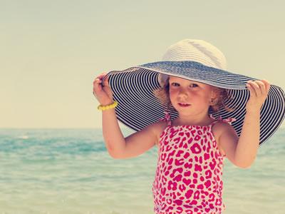 Ein kleines Mädchen mit Sonnenhut